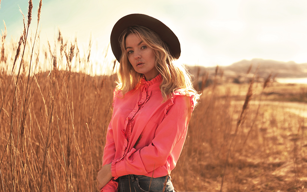 Romantic look brown hat and pink blouse from Loavies