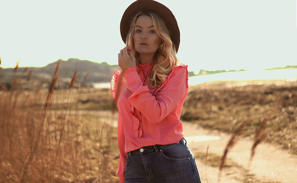 Romantic pink blouse and brown hat Elin Hansson fbyelin